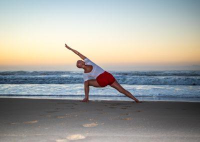 Yoga Utthita Parsvakonasana junto ao mar