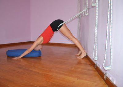 Yoga Adhomukha Svanasana suportado com cordas