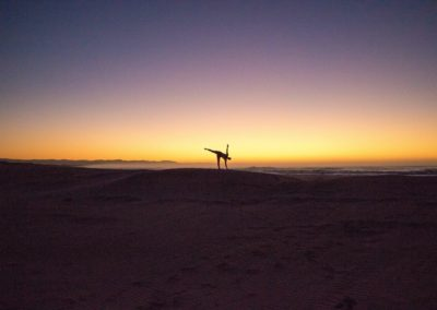 Yoga Ardha Chandrasana, postura da meia lua ao amanhecer
