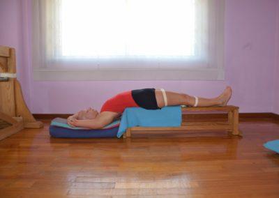 Yoga Setubhanda Sarvangasana no banco, pose restaurativa