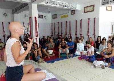 Palestra no Festival de Yoga em Rishikesh, India