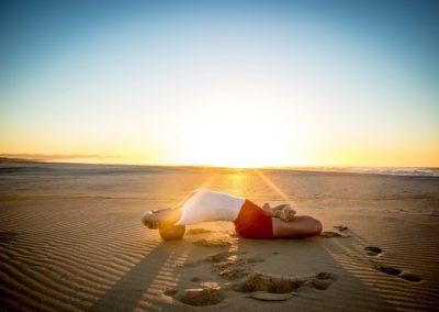 Yoga Matsyasana junto ao mar