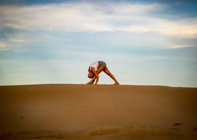 Yoga Parsvottanasana vista de lado em Jeffreys Bay