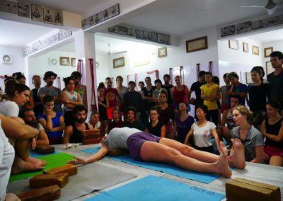 A ensinar Yoga Supta Tadasana com props em Rishikesh, India