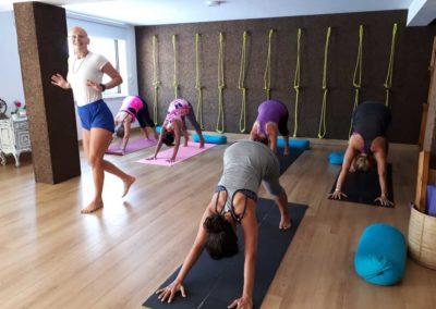 A ensinar Yoga Adho Mukha Svanasana no Algarve Portugal