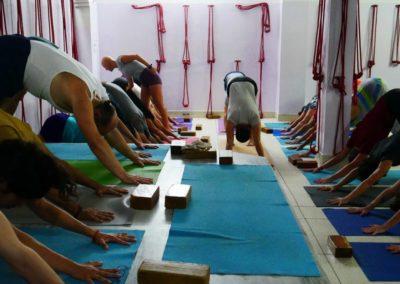 A ensinar Yoga Adho Mukha Svanasana em Rishikesh, India