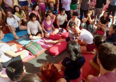 Yoga A ensinar Upavista Konasana no Yoga Festival, em Rishikesh, India