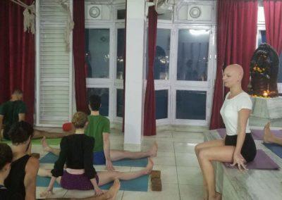 A ensinar Yoga Upavista Konasana em Rishikesh, India