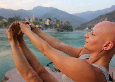 Yoga Urdva Paschimottanasana, flexão à frente junto ao Ganges, Rishikesh India
