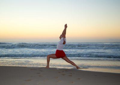 Yoga Virabhadrasana I,postura do guerreiro junto ao mar
