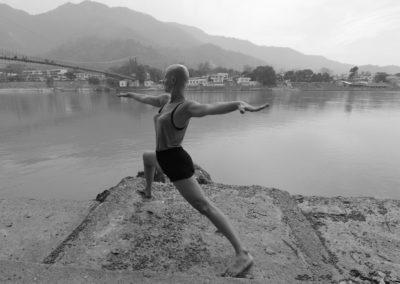 Yoga Virabhadrasana II, postura do guerreiro em Rishikesh, India.