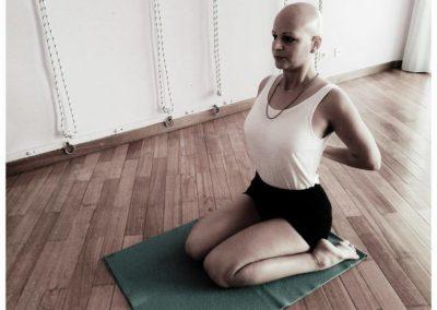 Yoga Virasana postura sentada com as mãos em Paschimanamaskar